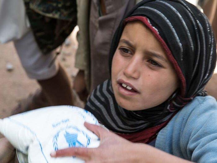 طفلة سورية معها مساعدات البرنامج