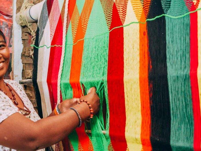 امرأة تبتسم في السوق
