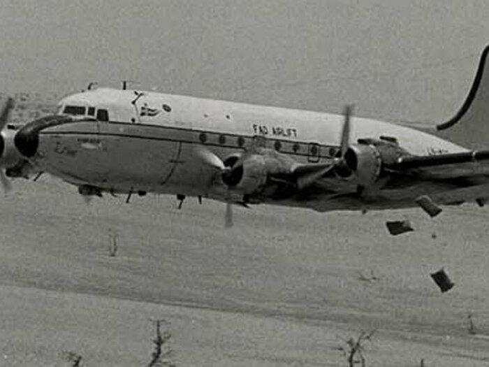 صورة بالأسود والأبيض لطائرة