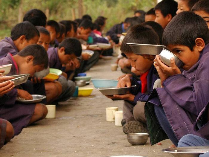 Bhutan schoolchildren eating
