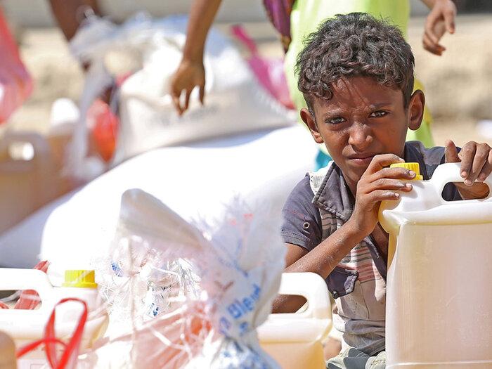 ولد معه مساعدات غذائية