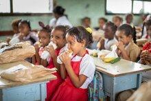 برنامج الأغذية العالمي يتأهب لدعم الأطفال الذين حُرموا من الوجبات المدرسية نتيجة إغلاق المدارس بسبب تفشي فيروس كورونا