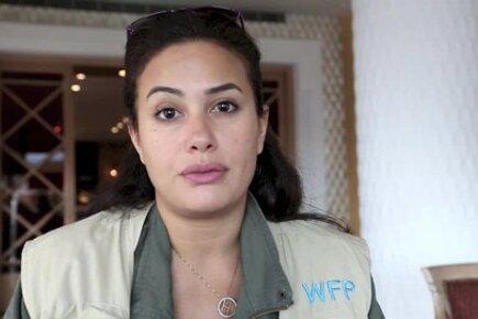 الفنانة هند صبري خلال زيارتها لبعض اللاجئين السوريين في بيروت