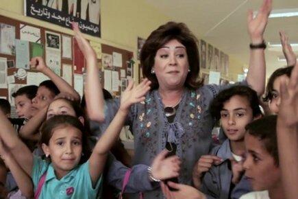 الفنانة الأردنية أمل الدباس تغني للتغذية المدرسية