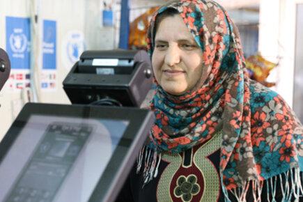 لاجئون سوريون في الأردن يحصلون على المساعدات الغذائية في غمضة عين